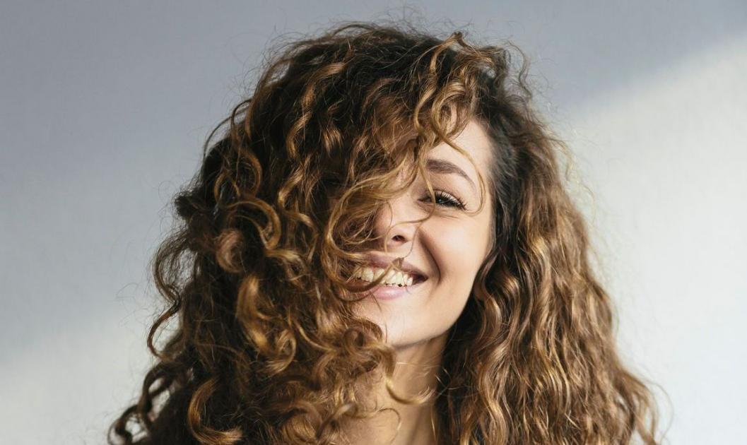 #figuration femme 1,50m, cheveux frisés pour doublure nue série Netflix