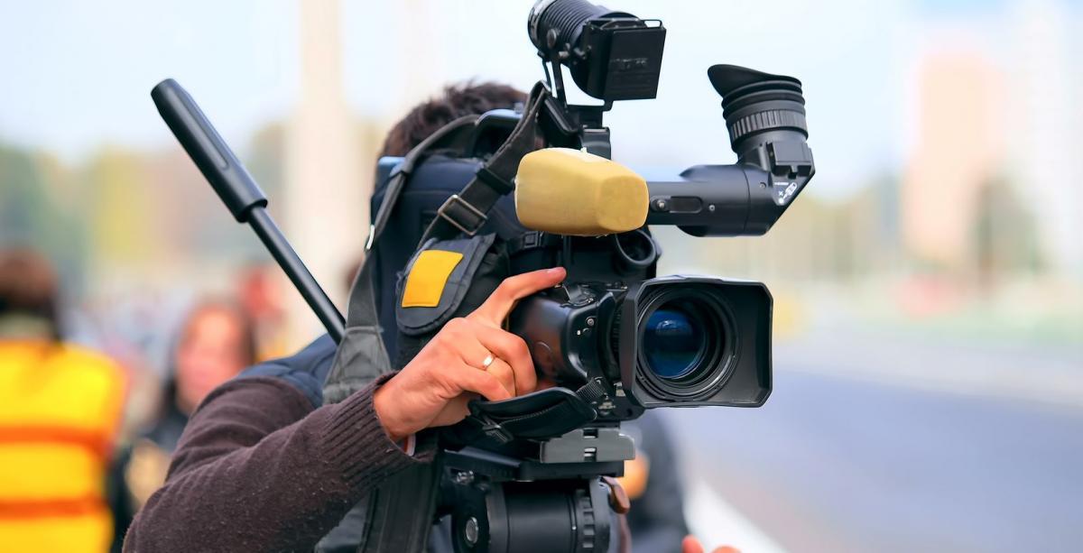 #figuration hommes et femmes sachant manipuler caméra/appareil photo + filles 9/10 ans pour série TV