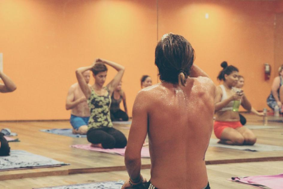 #figuration femmes et hommes pratiquant le Hot Yoga (Yoga Bikram) pour tournage série TV