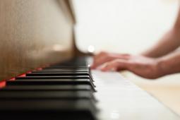 #casting homme roux sachant jouer du piano pour doublure pianiste