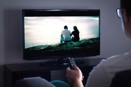 Report de la « loi audiovisuel » : bonne ou mauvaise idée ?
