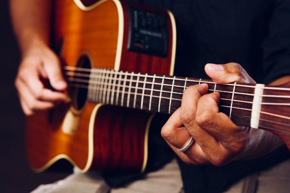 #casting musiciens pratiquant la guitare (style folk) pour le tournage d'une série télévisée