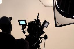 #casting homme 50/55 ans, acceptant le nu pour une photo de jeu dans une série TV