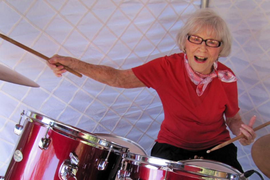 #casting femme de +60 ans sachant jouer de la batterie pour le tournage d'une publicité