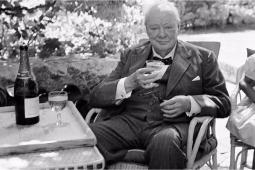 #casting homme de 55/65 ans avec la carrure de Winston Churchill pour un docu-fiction