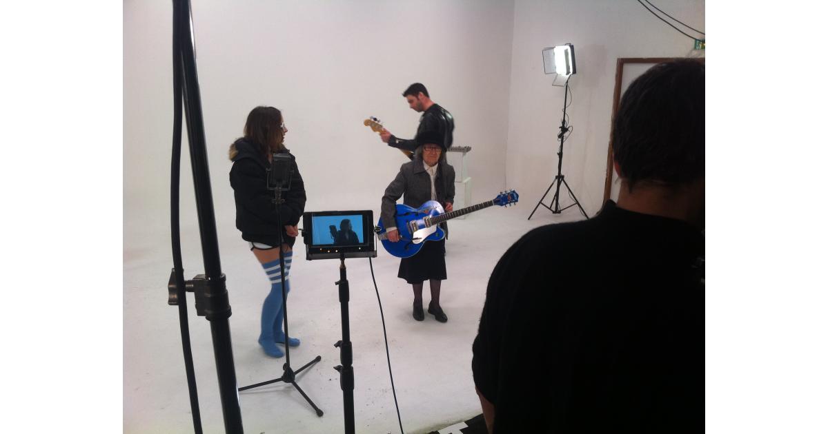 Une fille blonde, pour jouer le rôle d'une Marianne clip #musical #Antarez