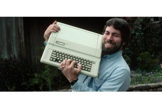 Un #figurant #silhouette ressemblant à Steve Wozniak pour docu fiction