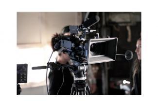 Un homme parlant anglais avec un accent américain pour un tournage institutionnel
