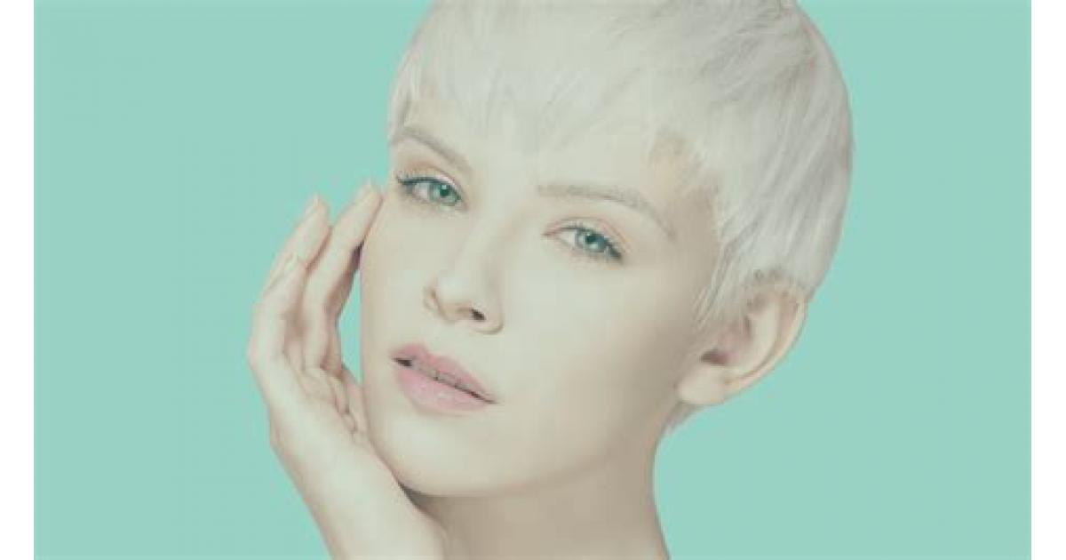 un modèle femme #blonde pour une coupe courte type #pixie shooting photo