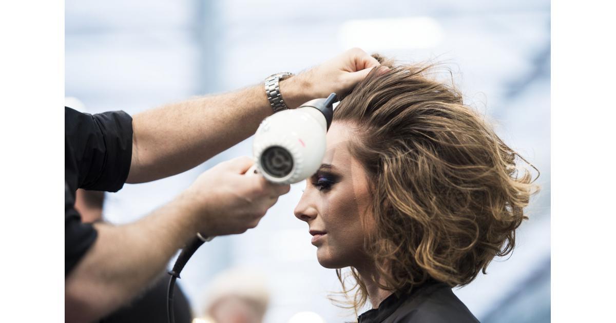 #modele #senior Femme avec 80% de cheveux blancs sans couleur #Loreal #Paris