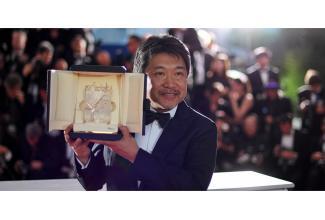 #Paris #figurants élégants hommes et femmes pour le prochain film de Hirokazu Kore-Eda