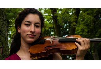 #figurants femmes 20/45 ans violonistes pour tournage publicité grande marque de parfum #Paris